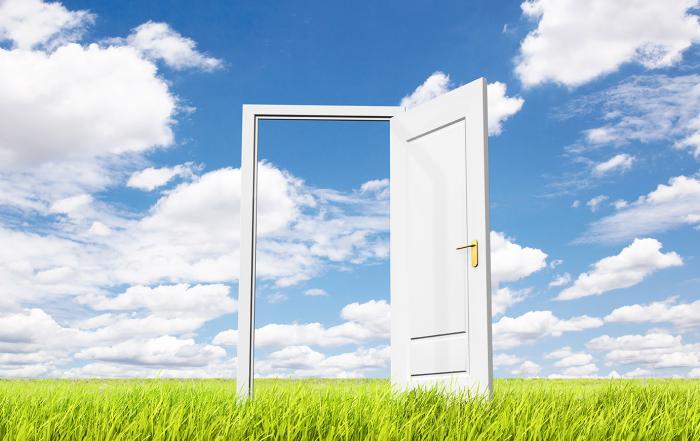 Öppen dörr på en äng